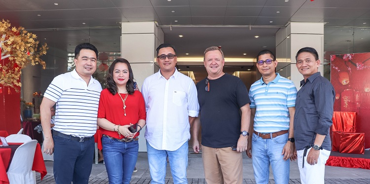 Former Davao City Vice Mayor Bernard Al-Ag (leftmost) and wife Cherry Al-Ag grace the Aeon Luxe's CNY Open House event at Aeon Towers, with Aeon Luxe Properties executives led by SVP for Sales Andrew P. Bautista.